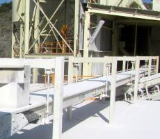 Horizontal motion conveyors moving quicklime